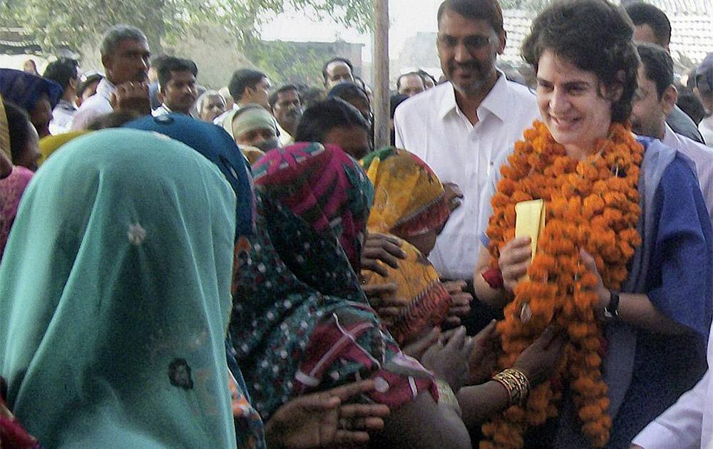यूपी के रायबरेली में लोगों से मिलती प्रियंका गांधी वाड्रा।