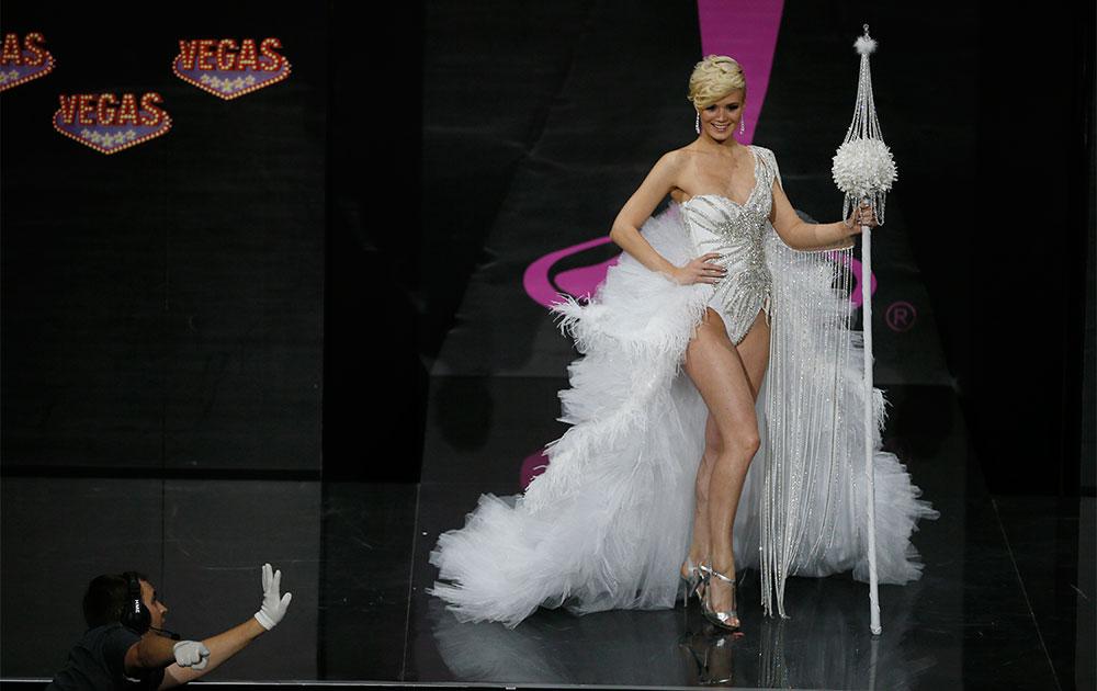 मास्को में नेशनल कास्ट्यूम शो के दौरान मिस स्विटजरलैंड डॉमिनिक रिनेर्कनेट।