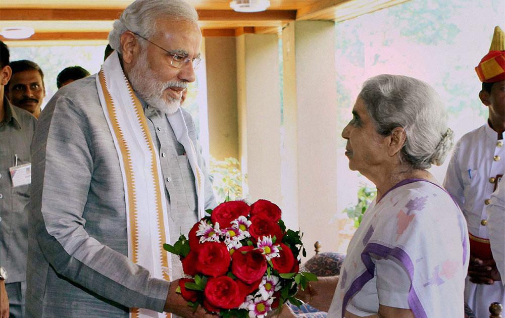 राजभवन में राज्यपाल कमला बेनीवाल का स्वागत करते गुजरात के मुख्यमंत्री नरेंद्र मोदी।