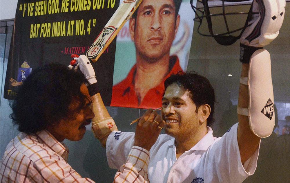 कोलकाता में मोम से बनी सचिन तेंदुलकर की मूर्ति को अंतिम रूप देते सुसांत राय।