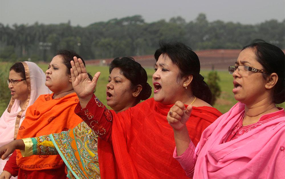 ढाका में संसद परिसर में नारेबाजी करते बीएनपी के सांसद।