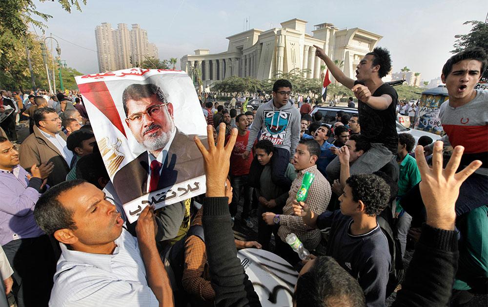 मिश्र में अपदस्थ राष्ट्रपति मोहम्मद मोरसी के समर्थन में नारे लगाते उनके समर्थक।