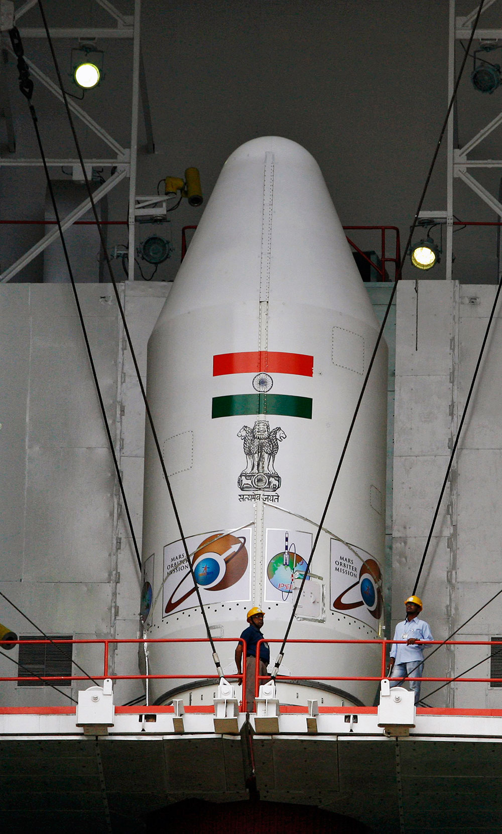 श्रीहरिकोटा के सतीश धवन अंतरिक्ष केंद्र पर पीएसएलवी-सी25 का निरीक्षण करते विशेषज्ञ।