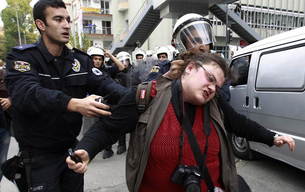 अंकरा में प्रदर्शनकारी को ले जाती पुलिस।