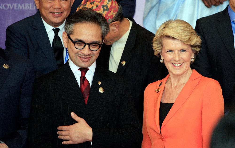इंडोनेशियाई विदेश मंत्री नतालेगवा के साथ आस्ट्रेलियन विदेश मंत्री जूली बिशप।
