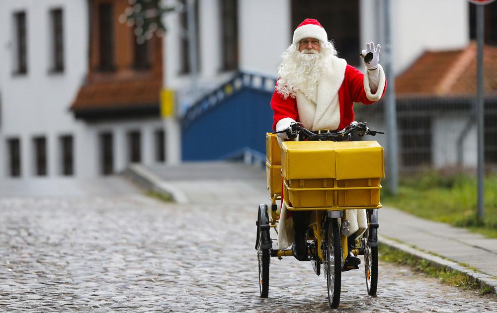 बर्लिन में क्रिसमस से पहले सांता क्लाज सड़कों पर दिखने शुरू हो गए हैं।