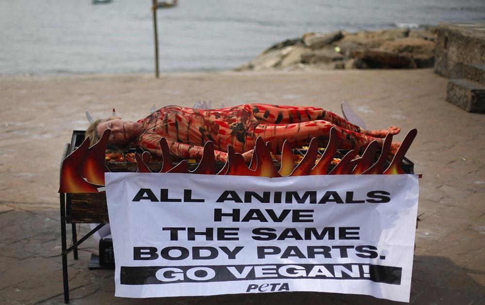 मुंबई में जानवरों से सहानुभूतिपूर्ण व्यवहार के लिए पेटा का एक प्रदर्शन।
