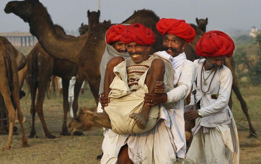 राजस्थान के पुष्कर मेले में जानवरों के साथ उनके मालिक।