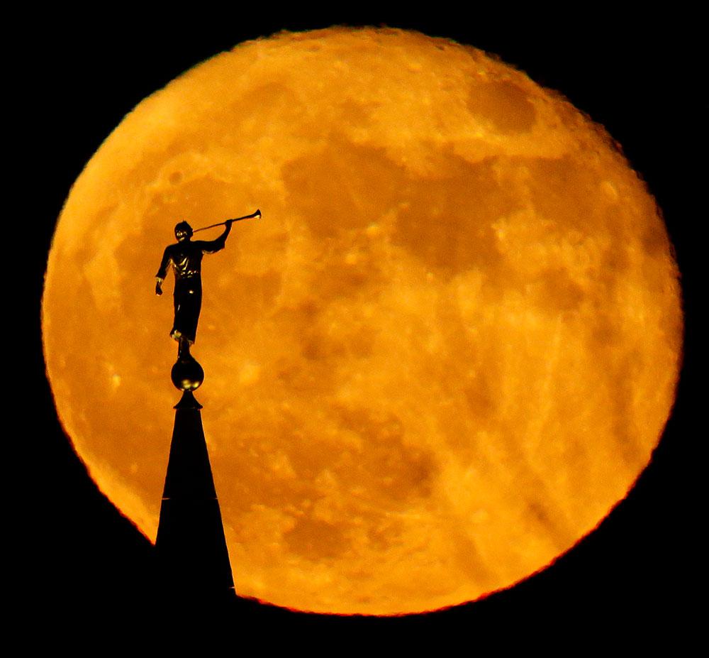 कंसास में पूर्णिमा के दिन एंजेल मोरोनी की प्रतिमा चंद्रमा के सामने इस तरह दिखी।