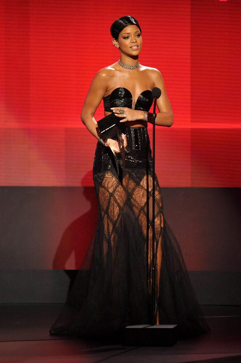 लॉस एंजिल्स के नोकिया थिएयर में फेवरिट फिमेल आर्टिस्ट का पुरस्कार जीतने के बाद गायिका रिहाना।