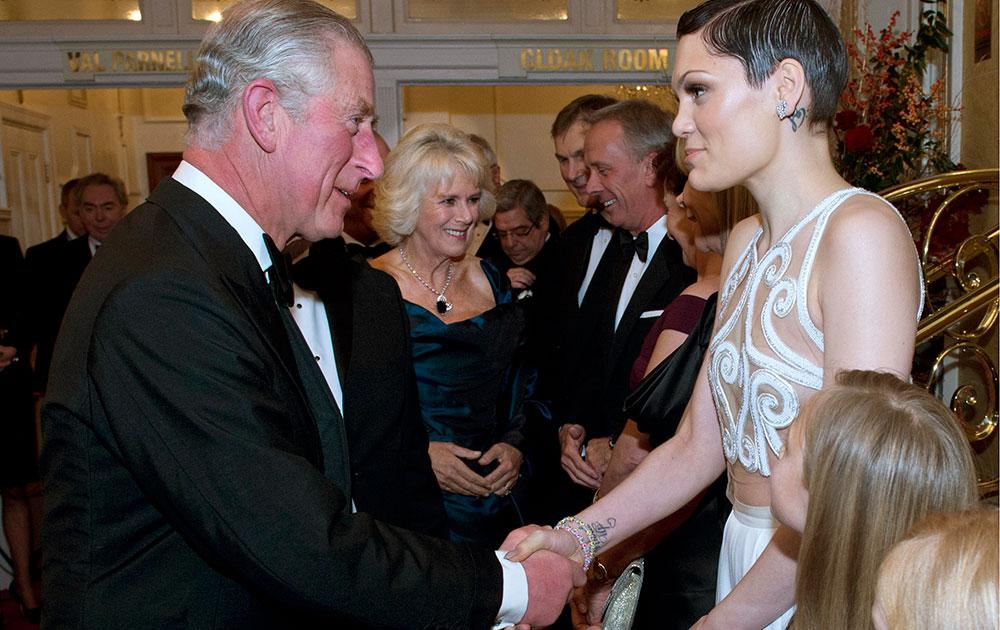 प्रिंस ऑफ वेल्स गायिका जेसी जे से लंदन के सेंट्रल हॉल में मुलाकात करते हुए।