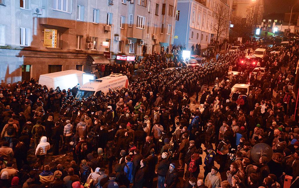 उक्रेन की सड़कों पर प्रदर्शनकारियों की भारी तादाद।