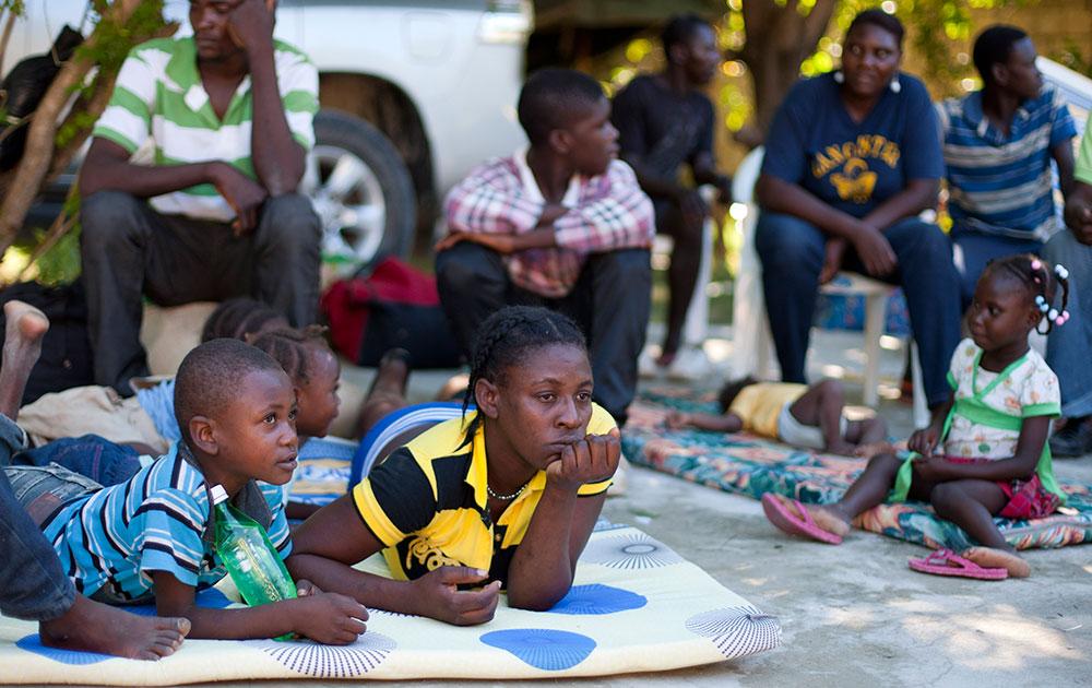 हैती में कुछ बच्चे राहत शिविर में  ।