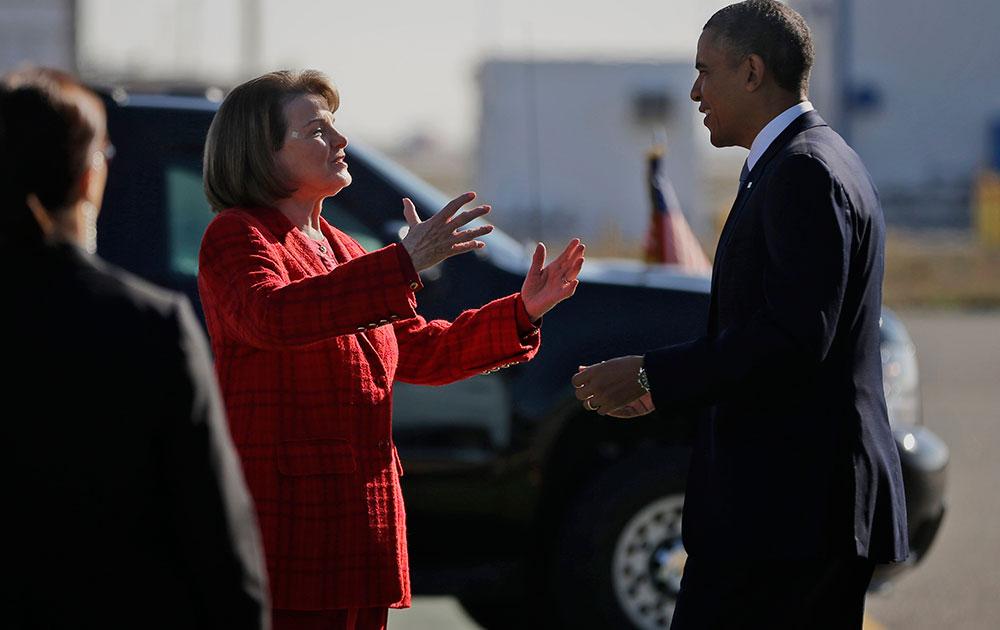 सैन फ्रांसिस्को एयरपोर्ट पर अमेरिकी राष्ट्रपति बराक ओबामा डियाने फेंस्टेन से मिलते हुए।