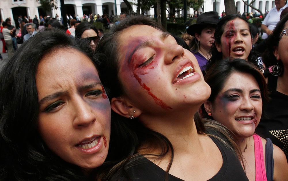 इक्वाडोर में सरकार के खिलाफ विरोध प्रदर्शन कर रही महिलाएं पुलिस लाठीचार्ज के दौरान घायल हो गई।