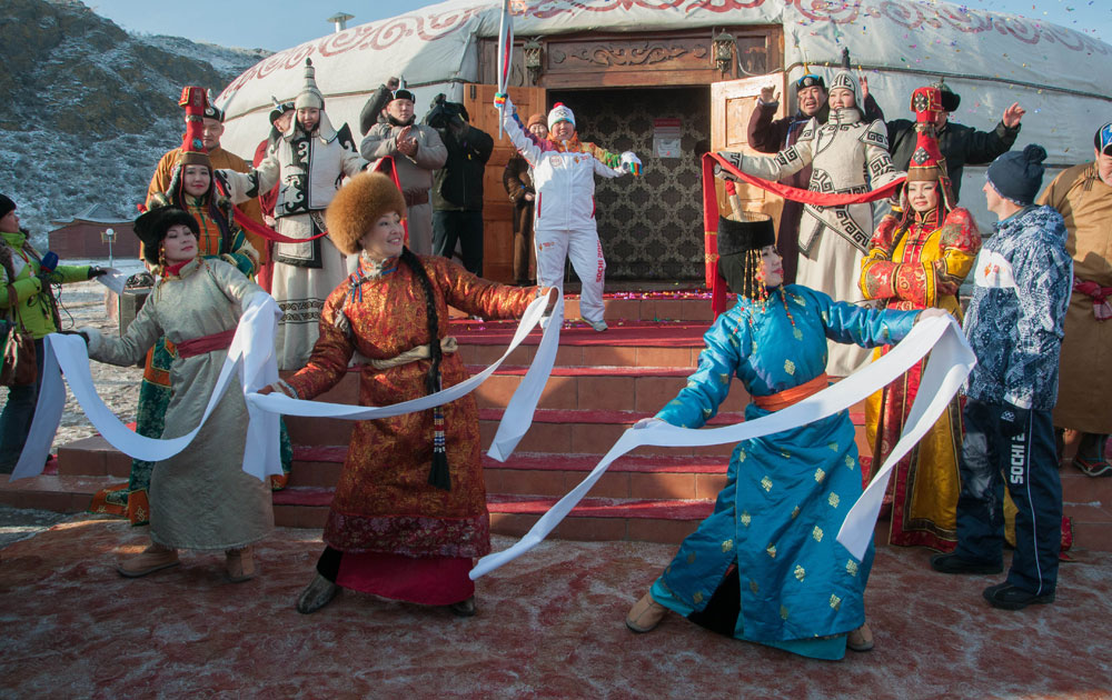 दक्षिण पूर्व सर्बिया के तवा स्थित अल्डियान बुलक में ओलंपिक टार्च रिले के स्वागत समारोह के दौरान पारंपरिक नृत्य की प्रस्तुति देते कलाकार।