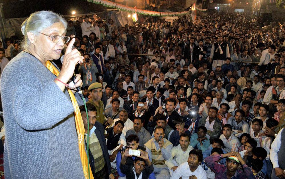 नई दिल्ली में एक चुनावी जनसभा को संबोधित करतीं दिल्ली की मुख्यमंत्री शीला दीक्षित।