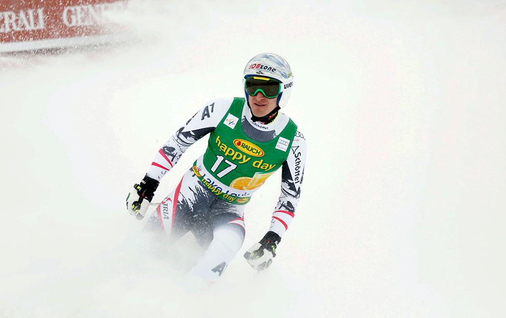 अल्बर्टा के लेक लुईस में वर्ल्डकप सुपर जी स्की रेस के दौरान ऑस्ट्रिया के मेथियास मेयर।