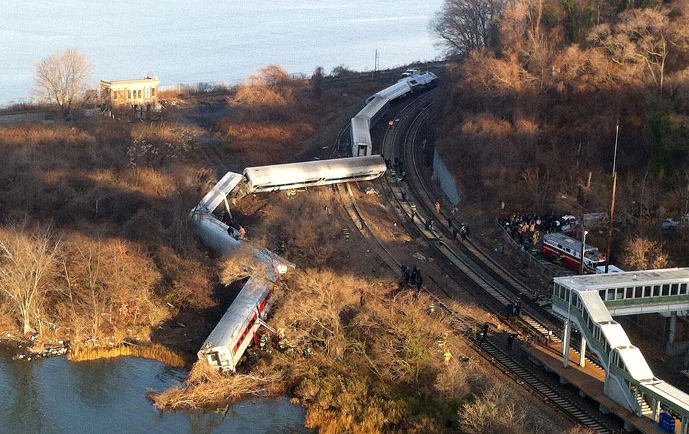 अमेरिका में न्यूयार्क सिटी के ब्रोंक्स इलाके में आज एक पैसेंजर ट्रेन के पटरी से उतर जाने से कम से कम 4 लोगों की मौत हो गई और 60 अन्य घायल हो गए।