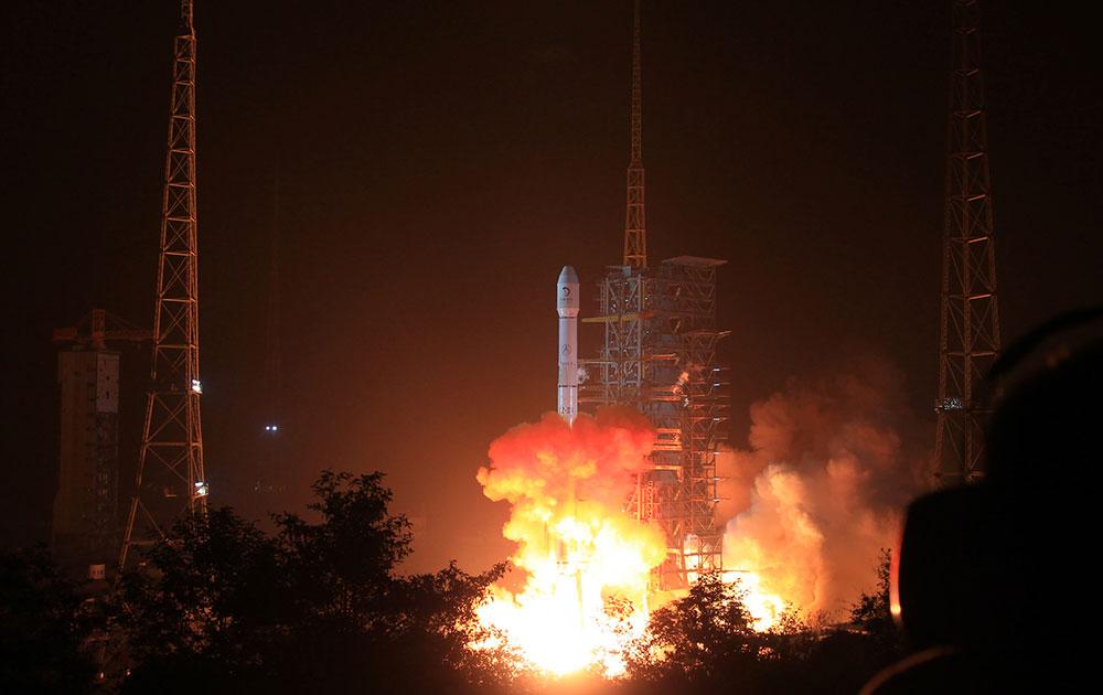 चीन ने एक रोबोटिक रोवर के साथ चंद्रमा पर एक मानवरहित ल्यूनर प्रोब भेजा है। चंद्रमा की सतह के अध्ययन के लिए मानवरहित ल्यूनर प्रोब भेजा गया है। यह परग्रही खगोलीय पिंड पर जाने की चीन की पहली कोशिश में एक बड़ा कदम है।