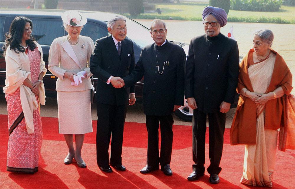 नई दिल्ली में जापान के राजा अकिहितो और रानी मिचिको के साथ राष्ट्रपति प्रणब मुखर्जी और उनकी बेटी शर्मिष्ठा तथा पीएम मनमोहन सिंह और उनकी पत्नी गुरशरण कौर।