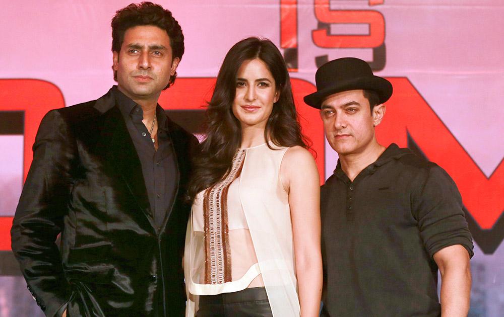 मुंबई में फिल्म धूम 3 के एक मीडिया कार्यक्रम के दौरान कैटरीना कैफ के साथ अभिषेक बच्चन और आमिर खान।