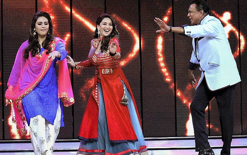 मुंबई में अपनी आगामी फिल्म के प्रोमोशन के दौरान मिथुन चक्रवर्ती के साथ डांस करती अभिनेत्री माधुरी दीक्षित और हुमा कुरैशी।