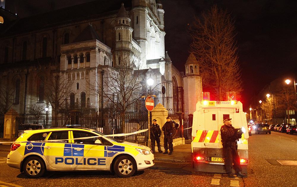 आयरलैंड के बेलफास्ट सिटी में हुए विस्फोटस्थल की घेराबंदी करती पुलिस।