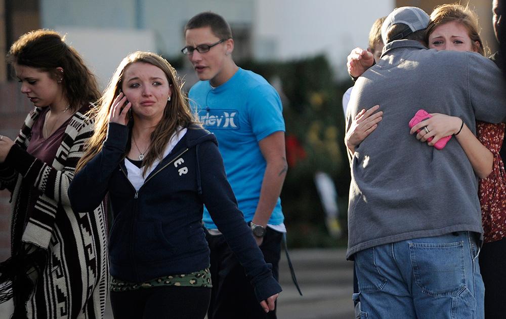 कोलो के सेंटेनियल में शूटिंग के बाद भयभीत लोग।