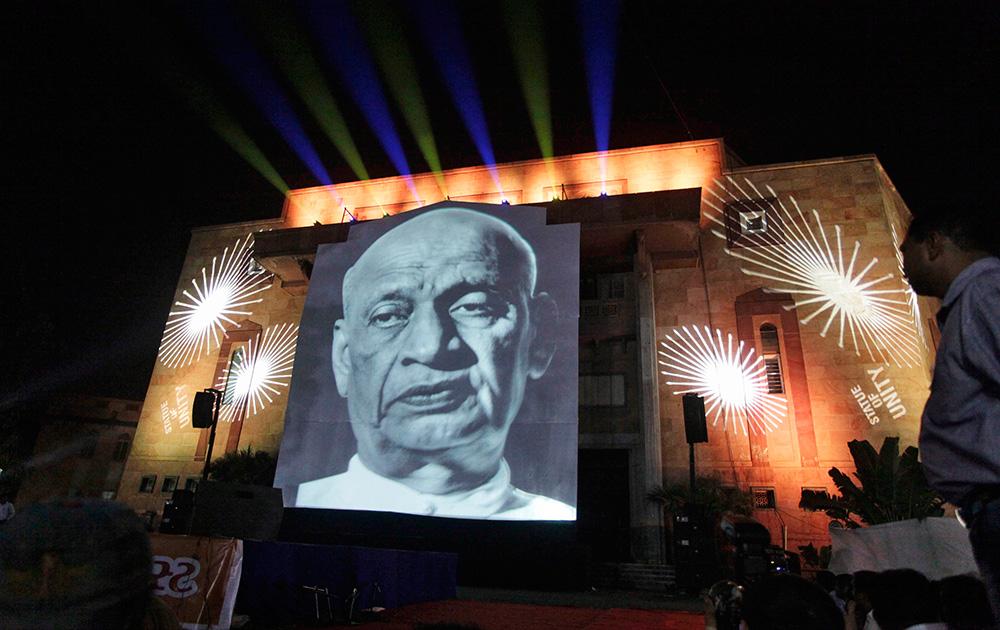 अहमदाबाद में एक समारोह के दौरान स्क्रीन पर लौह पुरुष सरदार पटेल की तस्वीर।