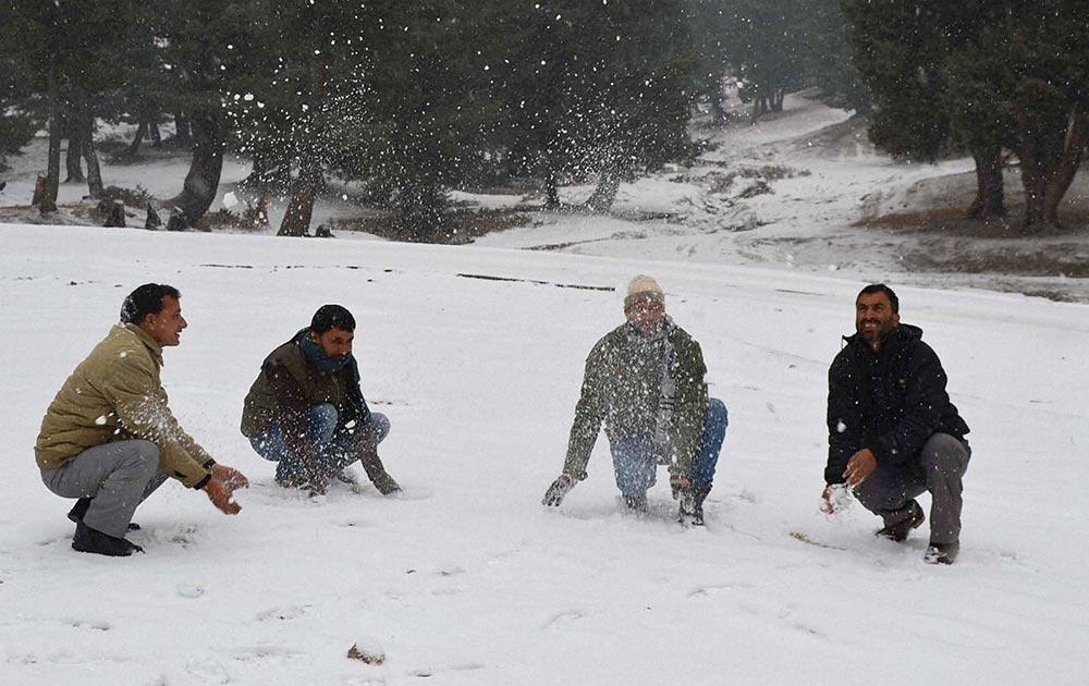 जेएंडके : शोपियां जिले में बर्फबारी का लुत्फ उठाते हुए पर्यटक।