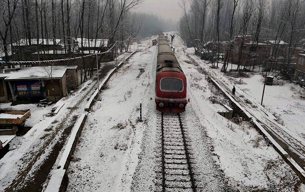 अनंतनाग जिले में श्रीनगर-काजीगुंड रेल ट्रैक पर बर्फबारी के बीच से गुजरती एक ट्रेन।