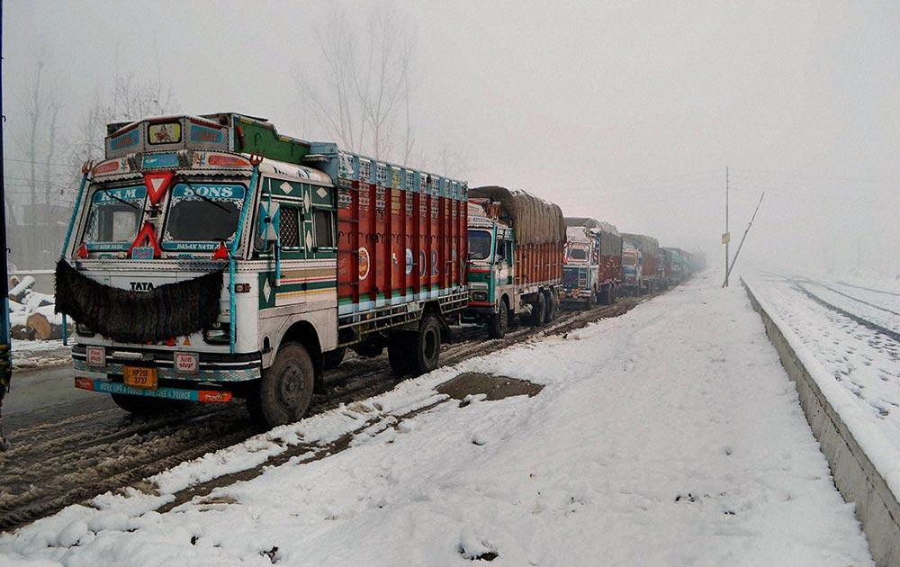 श्रीनगर से 69 किलोमीटर दूर काजीगुंड में भारी बर्फबारी के बीच हाइवे पर फंसे ट्रक।