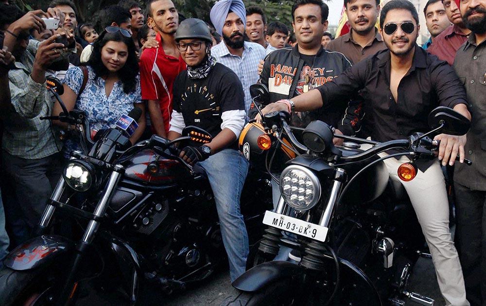 अभिनेता श्रेयस तलपाड़े एक बाइक रैली के दौरान और साथ में उनके फैंस है।