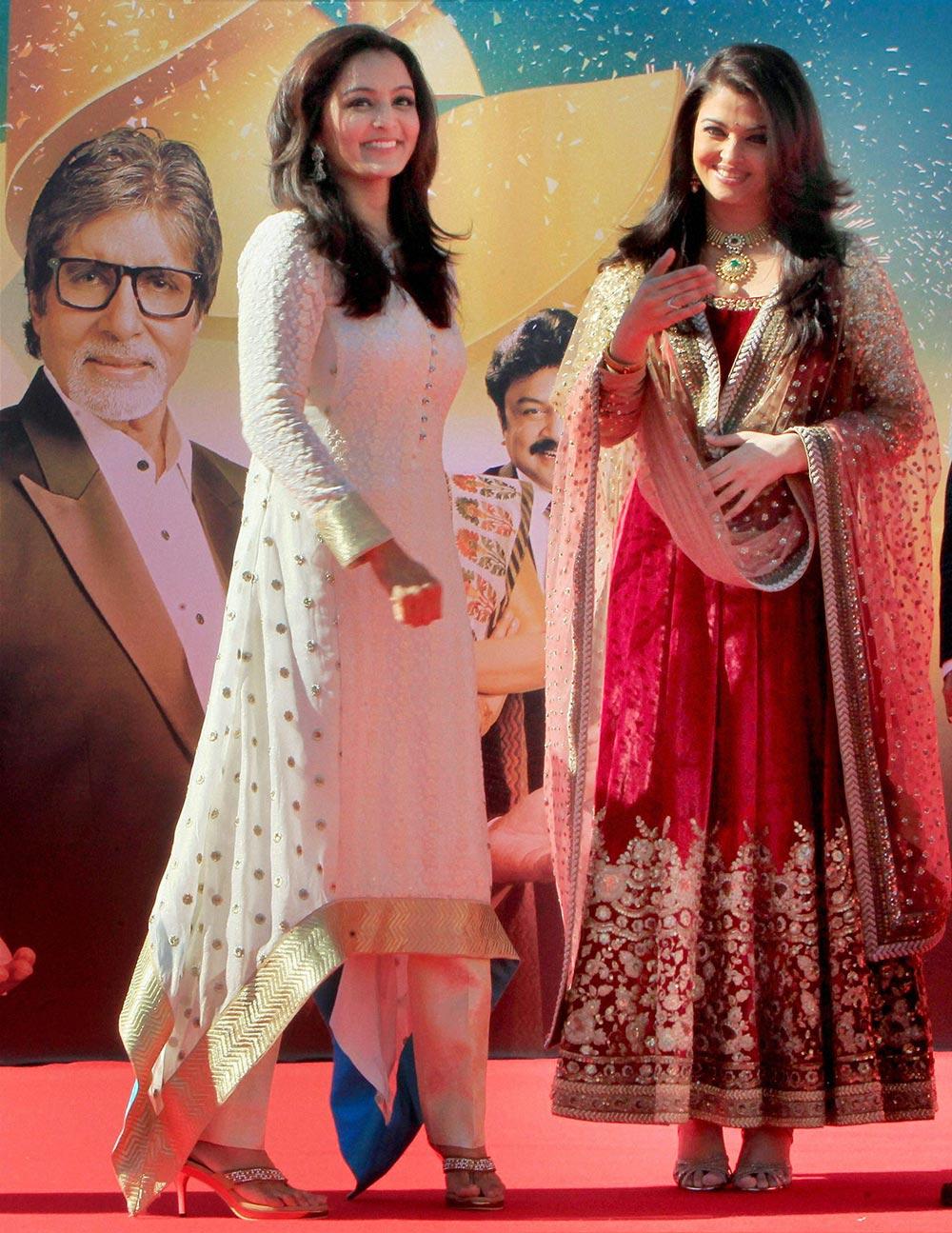 बॉलीवुड अदाकारा ऐश्वर्या राय बच्चन दुबई में एक ज्वेलरी शो के उद्घाटन के मौके पर।