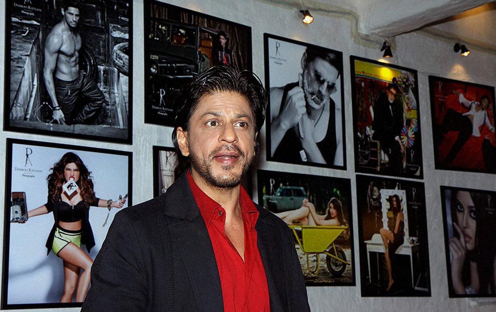 मुंबई : बांद्रा के ओलिव में डब्बू रतनानी के कैलेंडर 2014 की लांचिंग के दौरान अभिनेता शाहरूख खान। (फोटो सौजन्य : डीएनए)