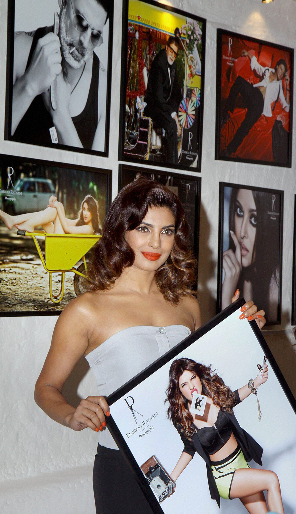 मुंबई : बांद्रा के ओलिव में फोटोग्राफर डब्बू रतनानी के कैलेंडर 2014 की लांचिंग के दौरान अभिनेत्री प्रियंका चोपड़ा। (फोटो सौजन्य : डीएनए)
