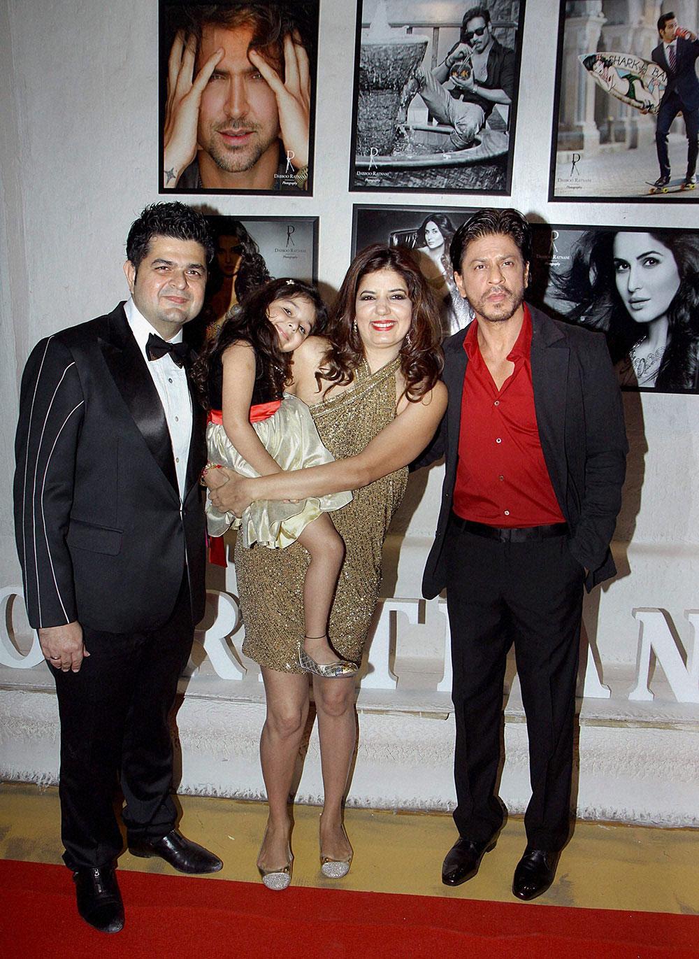 मुंबई : बांद्रा के ओलिव में फोटोग्राफर डब्बू रतनानी के सालाना बॉलीवुड कैलेंडर 2014 की लांचिंग के दौरान अभिनेता शाहरूख खान। साथ हैं डब्बू रतनानी और उनका परिवार। (फोटो सौजन्य : डीएनए)