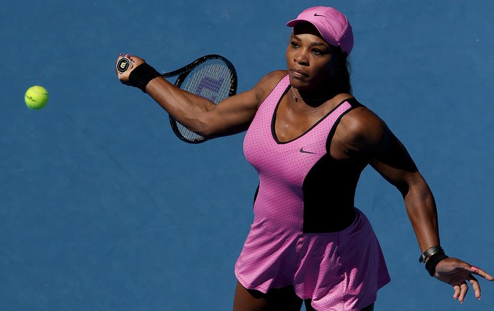 ऑस्ट्रेलिया ओपन में मैच से पहले अभ्यास करती टेनिस स्टार सेरेना विलियम्स।