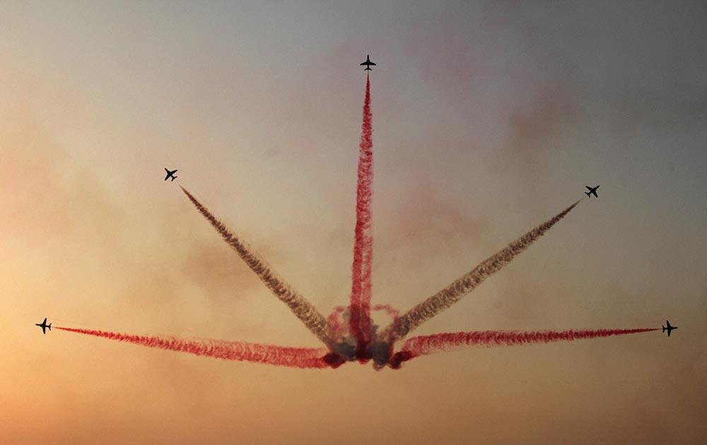सऊदी अरब के बहरीन के एक एयर शो में में हॉक विमानों का शानदार प्रदर्शन।