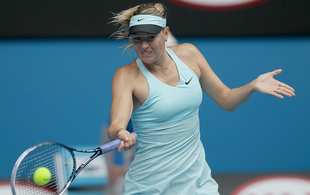 मेलबर्न में आस्ट्रेलियाई ओपन टेनिस के दौरान रूस की मारिया शारापोवा रिटर्न करती हुईं।
