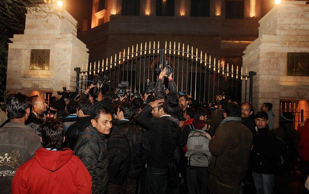 नई दिल्ली स्थित होटला लीला के बाहर मौजूद मीडिया। इस होटल में केंद्रीय मंत्री शशि थरूर की पत्नी सुनंदा पुष्कर की शुक्रवार को मौत हो गई।