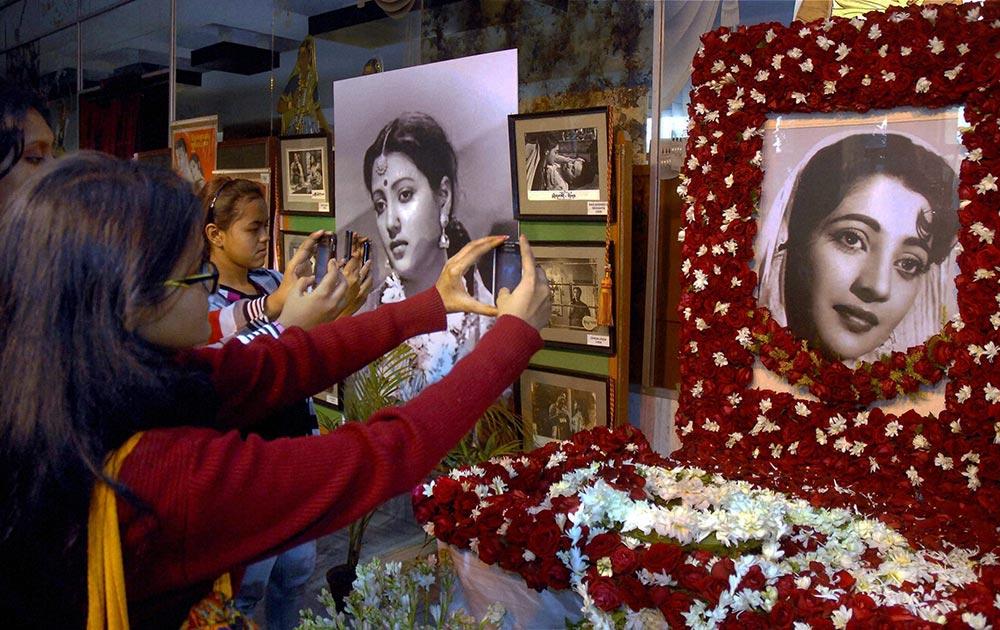 कोलकाता के रवींद्र सदन में अभिनेत्री सुचित्रा सेन की तस्वीर को अपने मोबाइल में कैद करते उनके प्रशंसक।
