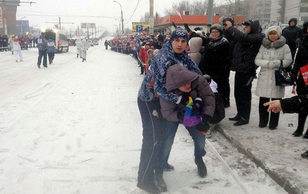 मास्को में एक गे प्रदर्शनकारी को हिरासत में लेता सुरक्षाकर्मी।