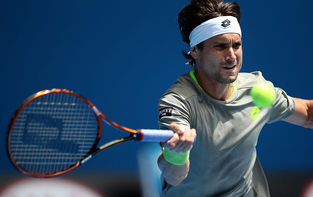 आस्ट्रेलियाई ओपन टेनिस के दौरान रिटर्न करते स्पेन के डेविड फेरर।