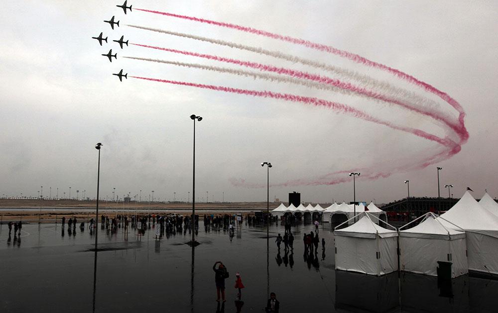 बहरीन इंटरनेशनल एयरशो में हवाई करतब दिखाते रॉयल सऊदी एयर फोर्स के विमान।