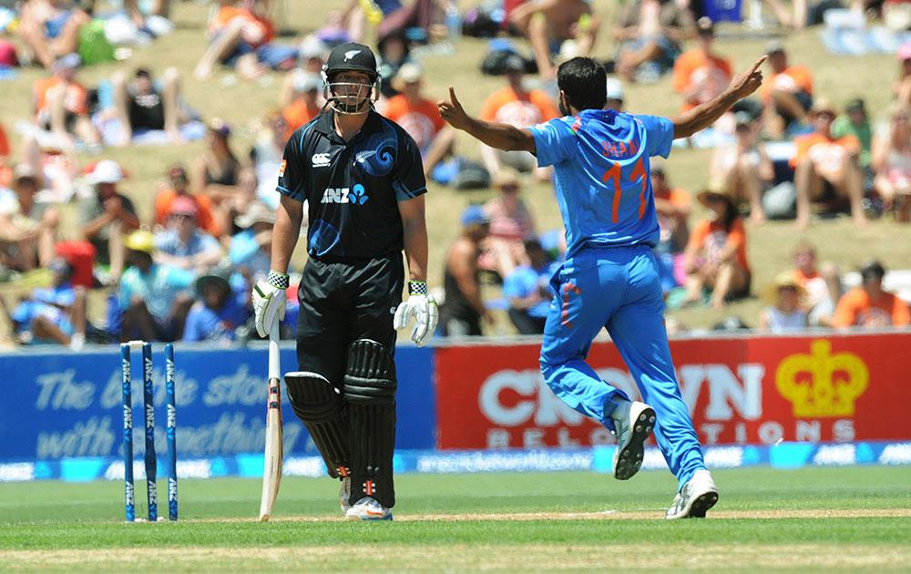 नेपियर वनडे में न्यूजीलैंड के बल्लेबाज जेसी राइडर को आउट करने के बाद खुशी मनाते मोहम्मद शामी।