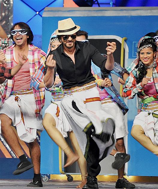 उमंग 2014 में अपना कार्यक्रम पेश करते अभिनेता शाहरुख खान।
