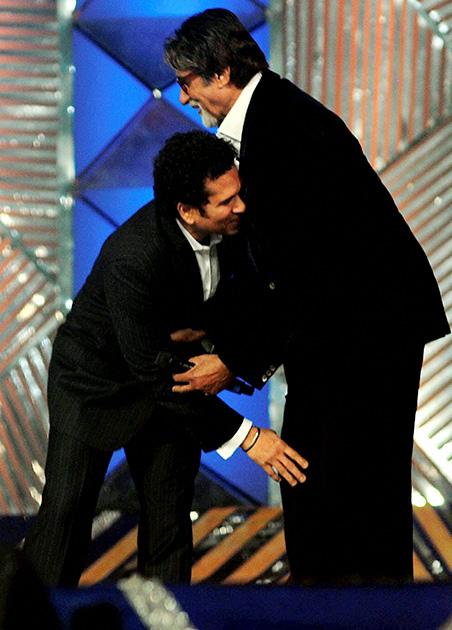 उमंग 2014 में अमिताभ बच्चन का पैर छूते सचिन तेंदुलकर।