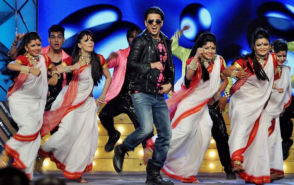 समारोह में प्रस्तुति देते अभिनेता रणवीर सिंह।